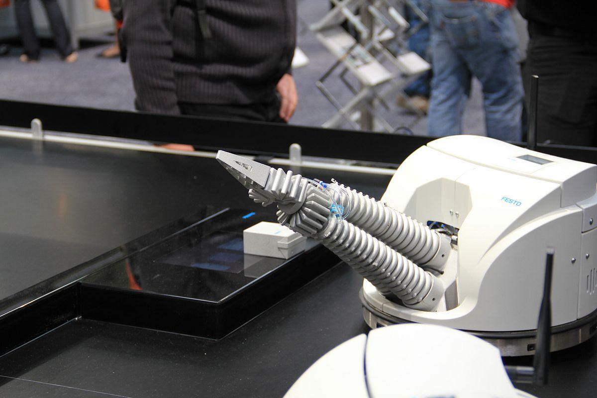 Smart Bird: Bionik erzeugt Aufmerksamkeit - Robotino XT - ein Roboter zum Lernen (Foto: wp)