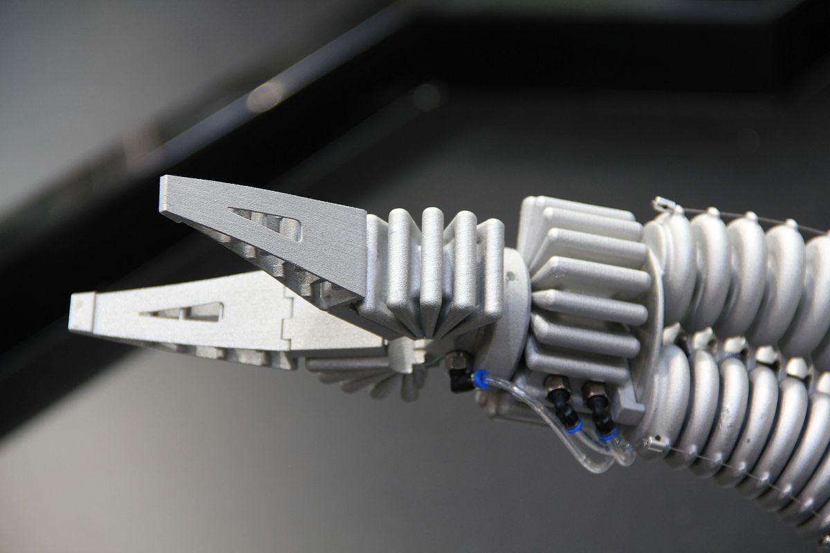 Smart Bird: Bionik erzeugt Aufmerksamkeit - Der Greifer besteht aus zwei Fingrippern, mit denen der Roboter sanft zupackt. (Foto: wp)