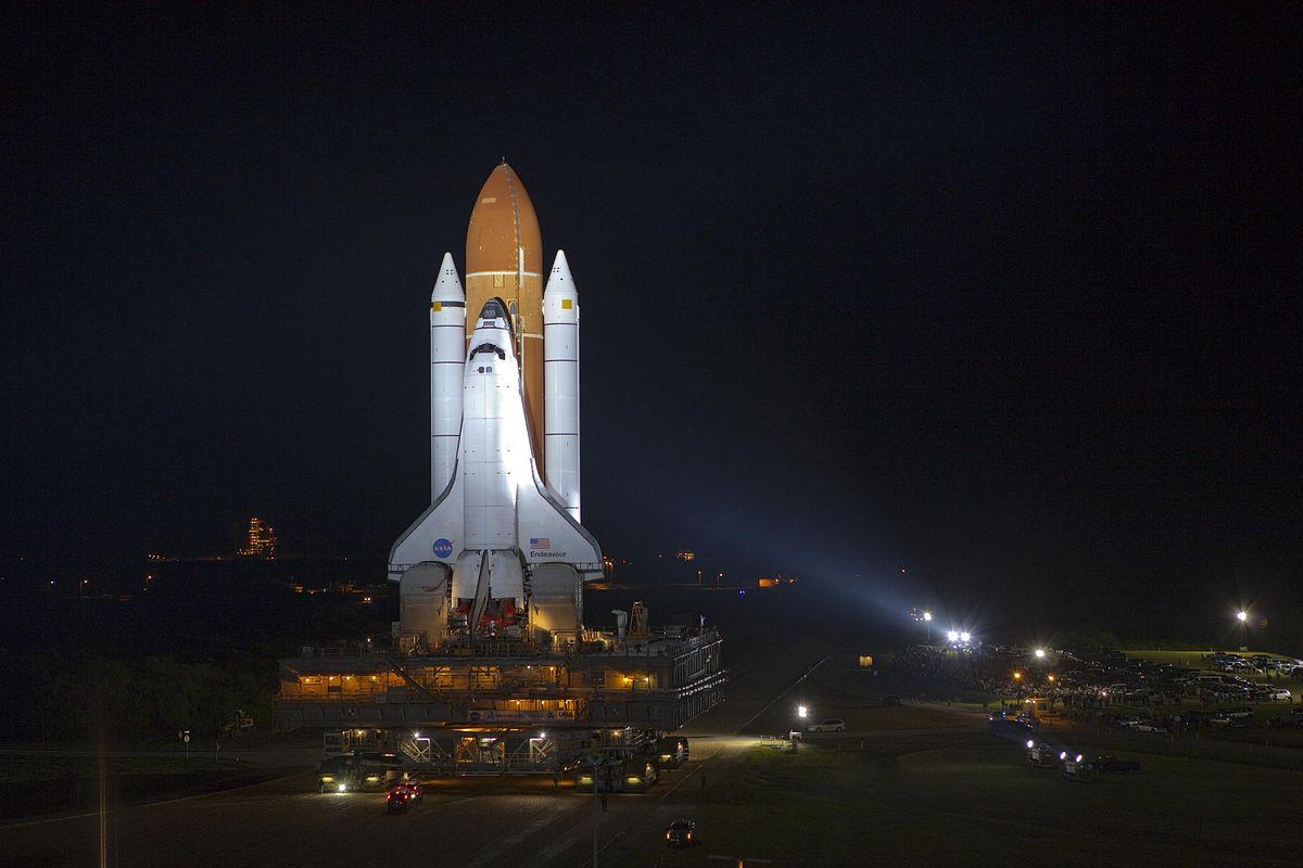 STS-135: Tschüss, Spaceshuttle! - Vor dem letzten Flug: das Spaceshuttle Endeavour auf dem Weg zur Startrampe (Foto: Nasa)