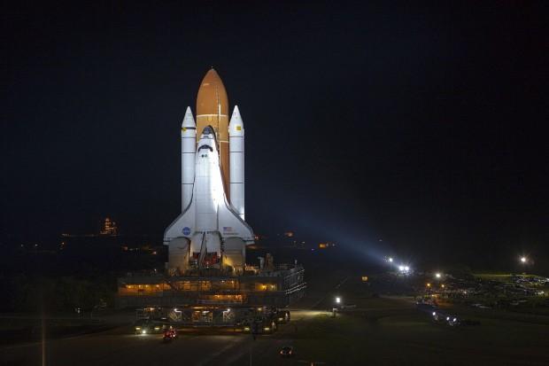 Vor dem letzten Flug: das Spaceshuttle Endeavour auf dem Weg zur Startrampe (Foto: Nasa)