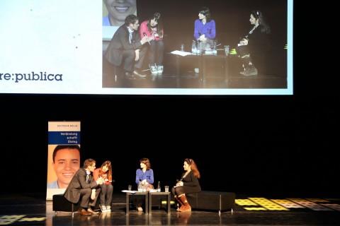 Sind moderne Revolutionen digital? Es diskutierten: Ludger Schadomsky, Claire Ulrich und Amira Al Hussaini (rechts), Geraldine de Bastion (2. von rechts) moderierte. (Foto: wp)