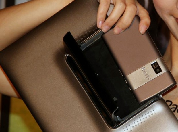 Das Smartphone wird hinten im Tablet eingeklinkt. (Bild: Johannes Knapp)