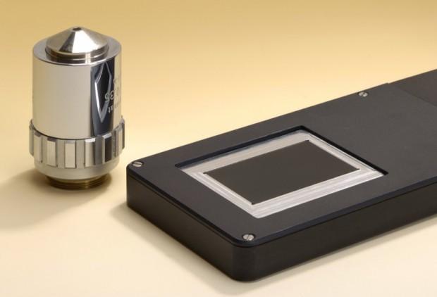 Das dünne Mikroskop (rechts) bildet in einem Durchgang Objekte in der Größe einer Streichholzschachtel ab. Links im Bild: ein Standard-Mikroskop-Objektiv. (Bild: Fraunhofer IOF)