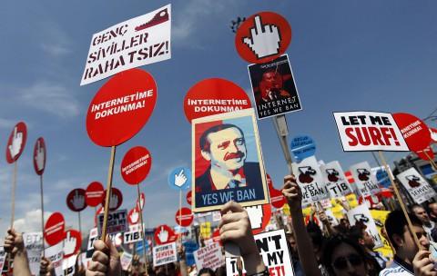 Hände weg vom Internet: Nutzer in Istanbul demonstrieren gegen Zensur  (Foto: Murad Sezer / Reuters)