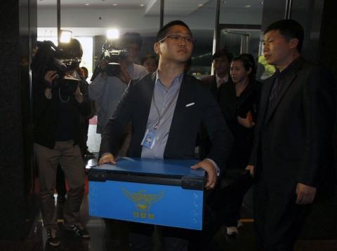 Ein Polizist bringt beschlagnahmte Unterlagen aus Googles Büro in Südkorea. (Foto: Reuters/Truth Leem)
