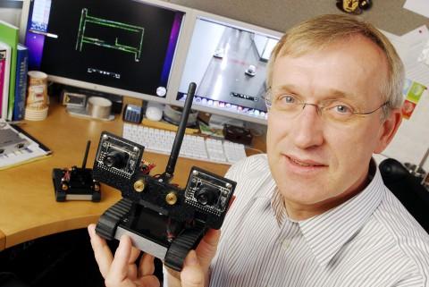 Henrik Christensen mit Erkundungsroboter (Foto: Gary Meek)