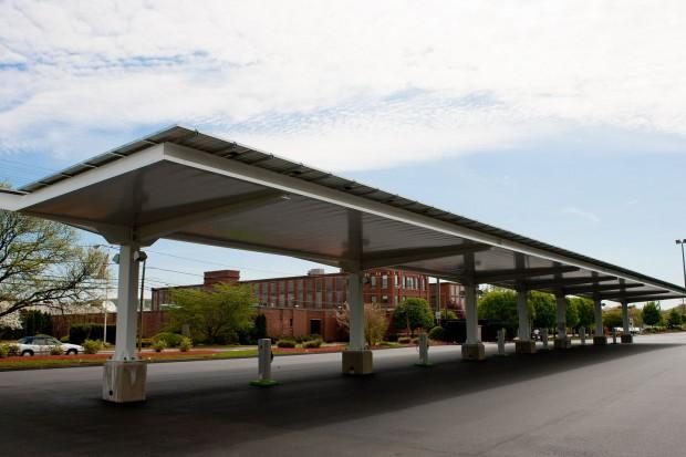 Bei diesem Carport können Elektroautos mit Solarstrom geladen werden. (Foto: General Electric)