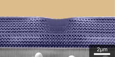 Die Struktur des Metamaterials ist kleiner als die Wellenlänge des sichtbaren Lichts. (Bild: KIT)