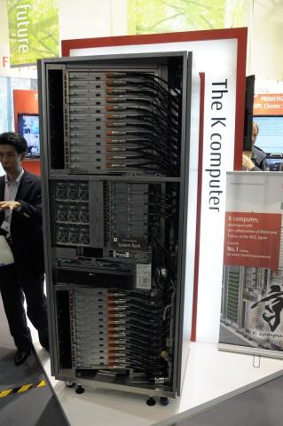 Ein Rack des K-Computers mit je 12 Einschüben oben und unten (Bild: Andreas Sebayang)