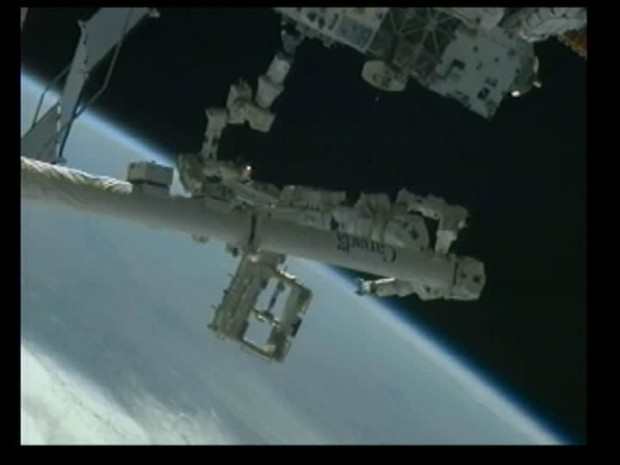 Weltraumtankwart bei der Arbeit: Dextre sitzt auf dem Canadarm2 und verstaut ein Werkzeug im RRM (im März 2012). (Bild: Nasa)