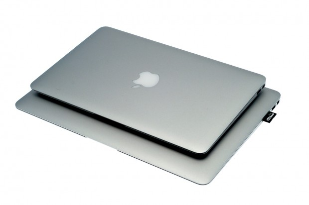 Macbook Air mit 11,6-Zoll-Display (oben) und 13,3-Zoll-Display (unten). (Bilder: Andreas Sebayang)