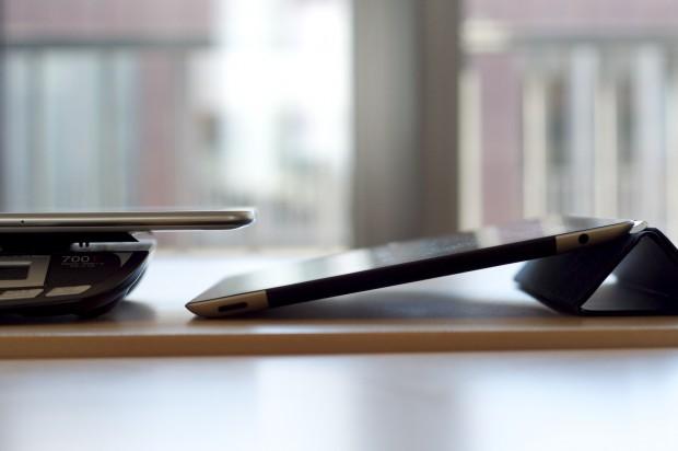 Samsungs Galaxy Tab 10.1 ist dünner als das iPad 2. Es sind aber nur Zehntelmillimeter. (Bilder: Andreas Sebayang)