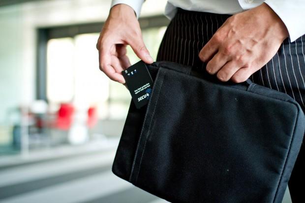 Secu4bags - der Bluetooth-Sender verschwindet in der Tasche und bleibt in Verbindung mit dem Smartphone. (Bild: Secu4)