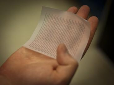 Ein Blatt Papier mit einer aufgedruckten Solarzelle  (Foto: Patrick Gillooly)