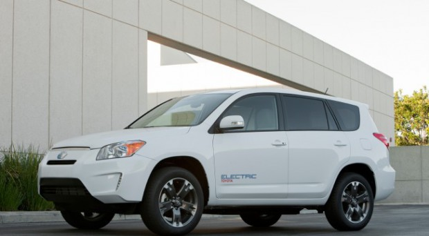 Antrieb von Tesla unter der Haube: Toyotas Elektro-SUV RAV4 EV (Foto: Toyota)