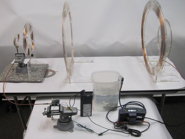 Versuchsaufbau mit Spulen und einer Pumpe (Foto: University of Washington)