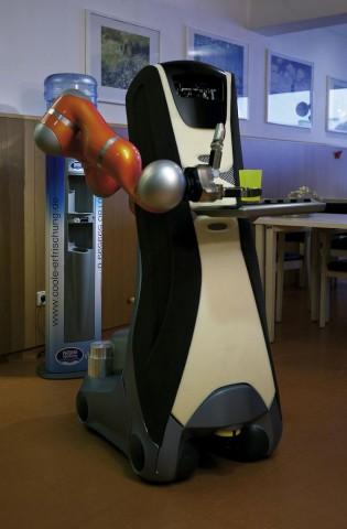 Care-O-bot im Einsatz: Er holt Wasser vom Spender... (Foto: Fraunhofer IPA)