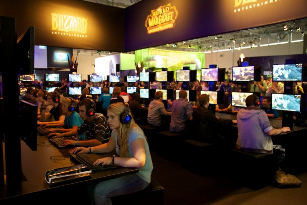 Etliche Monitore mit World of Warcraft Cataclysm (Bild: Michael Wieczorek)