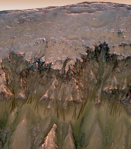 Rinnen an einem Abhang auf dem Mars, die möglicherweise von Wasser verursacht wurden (Foto: Nasa)