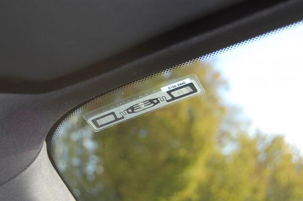 Viatag erfordert die Anbringung eines RFID-Chips am Inneren der Windschutzscheibe angeklebt. Der Aufleber ist 1,5 x 10 cm groß. (Bild: MotionID Technologies)