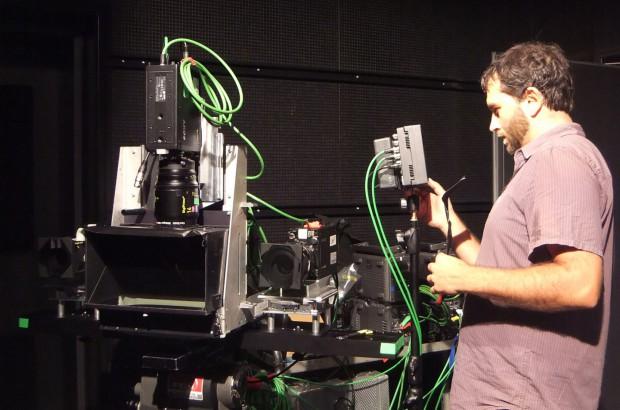 Ein Forscher richtet das Vier-Kamera-Assistenzsystem ein. (Bild: KUK Filmproduktion)