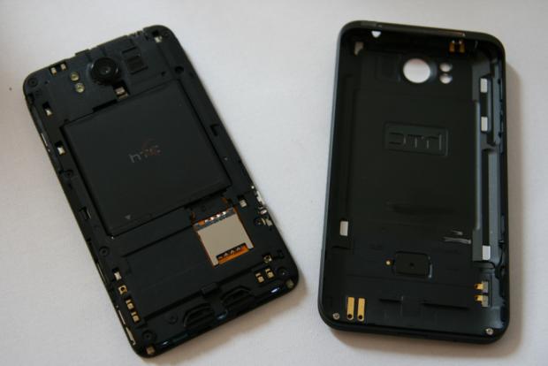 HTC Titan mit abgenommenem Akkudeclel (Quelle: Golem.de)