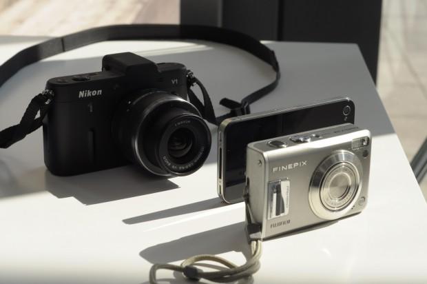 Nikons V1 hinter einem iPhone 4 und einer Fujifilm Finepix F31fd (Bilder: Andreas Sebayang)