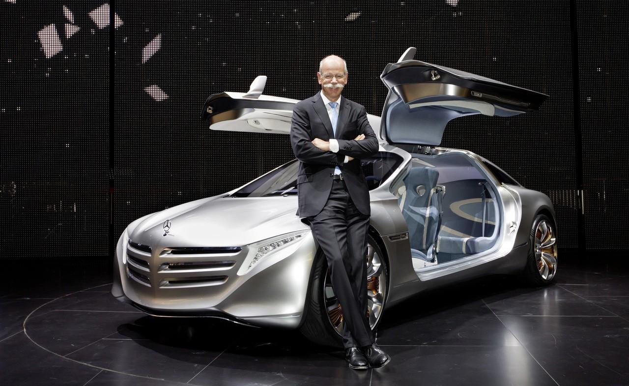 Mercedes-Zukunftsauto F125: Der Wasserstoff steckt in der Karosserie - Daimler-Chef Dieter Zetsche mit dem Mercedes-Forschungsauto F125 (Bild: Daimler/Mercedes)