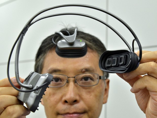 Hitachi-Ingenieur Takeshi Ogino demonstriert den in Kooperation mit Dr. Kawashima entwickelten Hirnaktivitätsscanner. (Bild: Yoshikazu Tsuno/AFP/Getty Images)