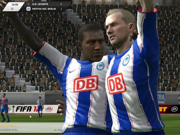 Spieler von Hertha Berlin freuen sich über einen Treffer.