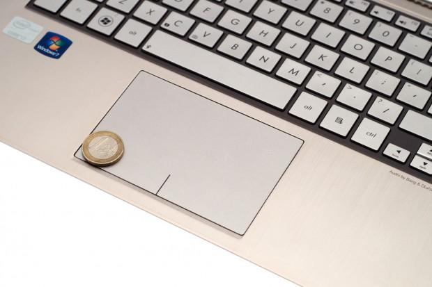 Das Touchpad ist fast zu groß. Mitunter kommt der Anwender versehentlich mit dem Handballen auf das Touchpad.