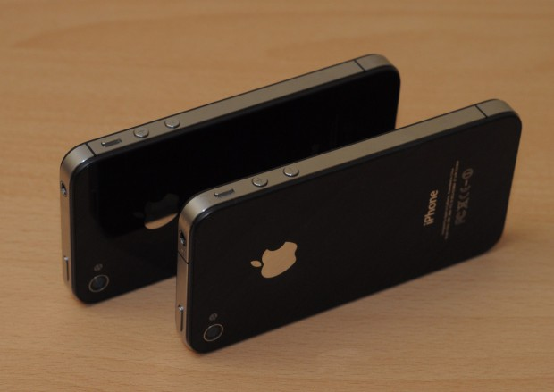 iPhone 4 (vorn) und 4S (hinten). Nur durch die unterschiedliche Antennengestaltung zu unterscheiden