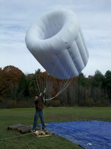 Fliegendes Kraftwerk: Ein Blimb mit einer Windturbine (Foto: Altaeros Energies)