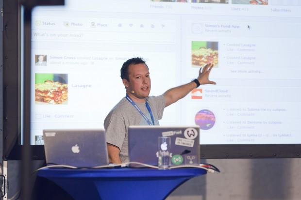 Facebook-Mitarbeiter Simon Cross auf der F8 in Berlin (Bild: Nils Krüger)