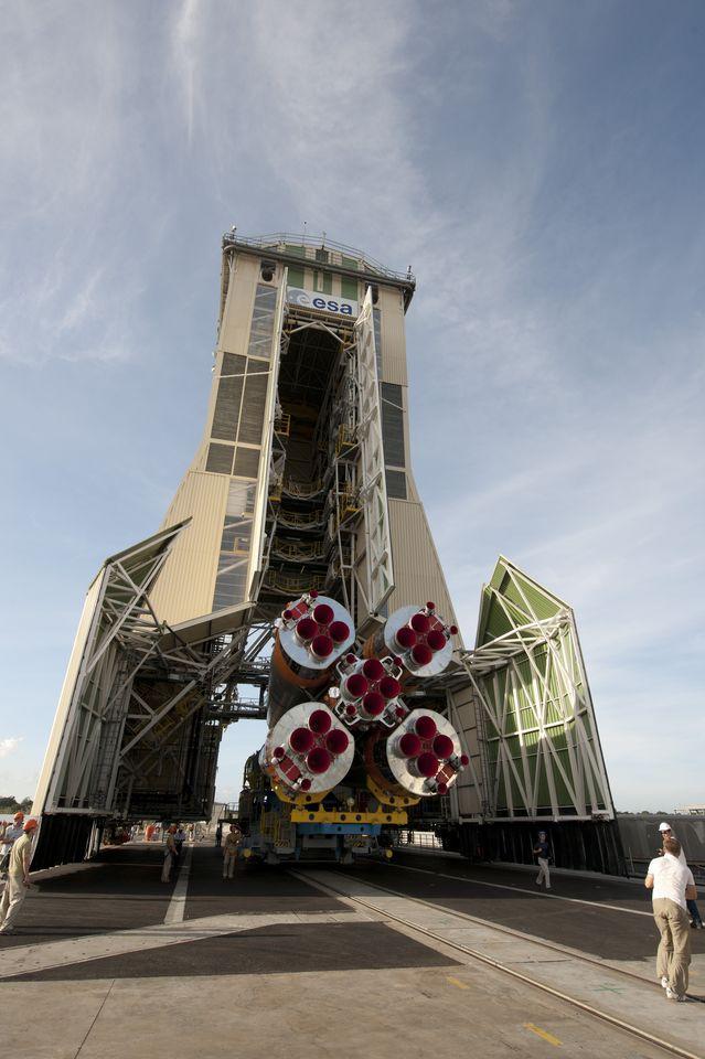 Galileo: Die ersten Satelliten starten in Kourou - Beim Transport zur Startrampe (Foto: S. Corvaja/Esa)
