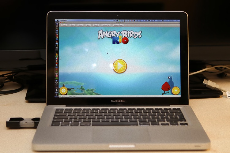 Cotton Candy: Android im USB-Stick - Macbook Pro mit eingestecktem FXI Cotton Candy und Angry Birds  (Bild: FXI)