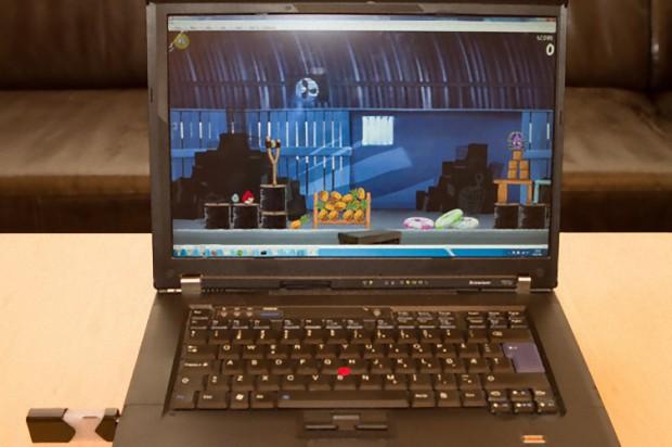 Lenovo-Notebook mit eingestecktem FXI Cotton Candy und Angry Birds (Bild: FXI)