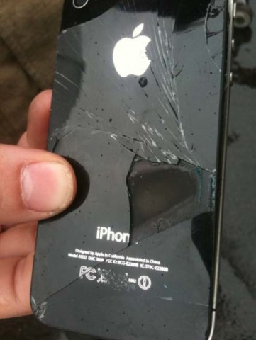 Das iPhone 4 des Flugs ZL319 zeigt die Beschädigungen. (Bild: Rex)