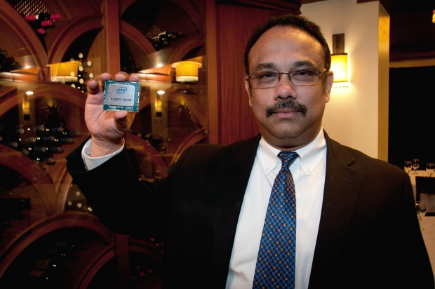 Rajeeb Hazra, Intel Chef der Technical Computing Group, mit einem Knights Corner