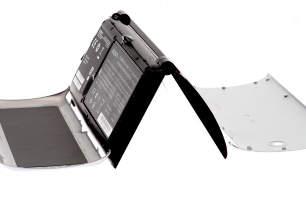 ... unter denen Akku, Micro-SD-Karte und SIM-Karte versteckt werden.