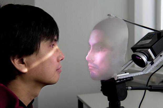 Aug' in Aug' mit dem Mask-Bot: Takaaki Kuratate, der die Animationssoftware entwickelt hat (Foto: Uli Benz/TU München)