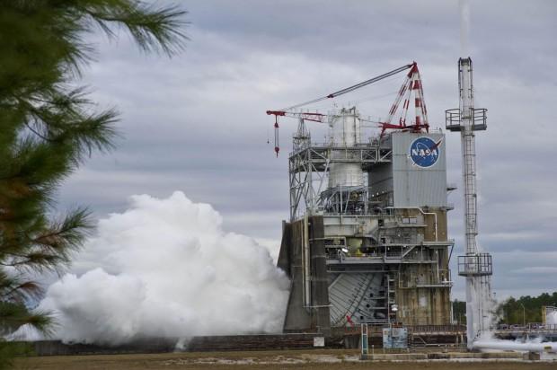 Test des Raketentriebwerks J-2X, das für die zweite Stufe der Trägerrakete SLS gedacht ist. (Foto: Nasa)