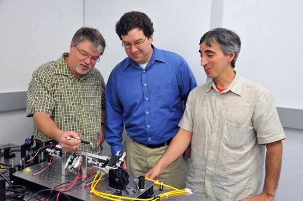 Alle für einen Laser: Projektleiter Paul Stysley (Mitte) und seine beiden Mitstreiter Barry Coyle (links) und Demetrios Poulios (Foto: Debora McCallum/Nasa)