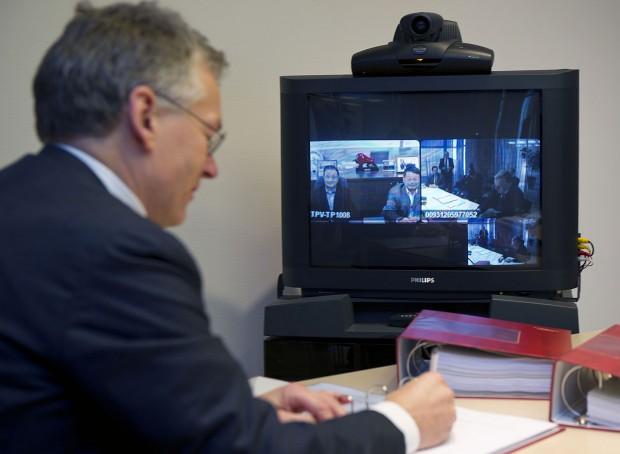 Philips-CEO Frans van Houten unterzeichnet die Joint-Venture-Vereinbarung mit dem TPV-CEO Jason Hsuan in einer Videokonferenz. (Bild: Philips)