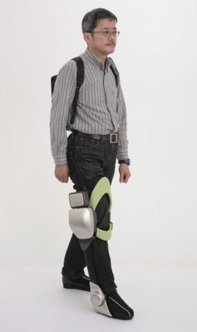 Der Independent Walk Assist soll einem gehbehinderten Patienten das Gehen erleichtern. (Foto: Toyota)