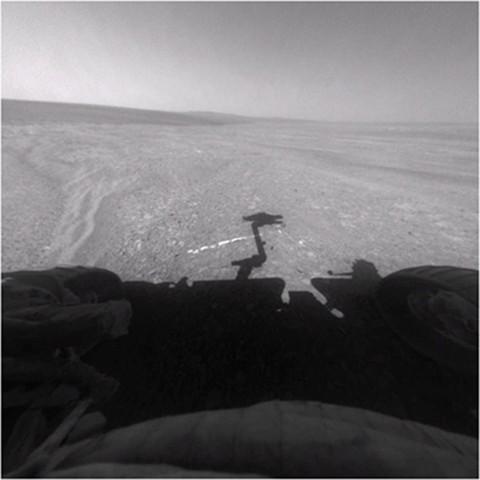 Gipsader Homestake - der helle Strich vor dem Schatten des Rovers (Bild: Nasa)