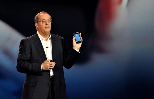 Intel-Chef Paul Otellini zeigt Intels Smartphone-Referenz-Design.