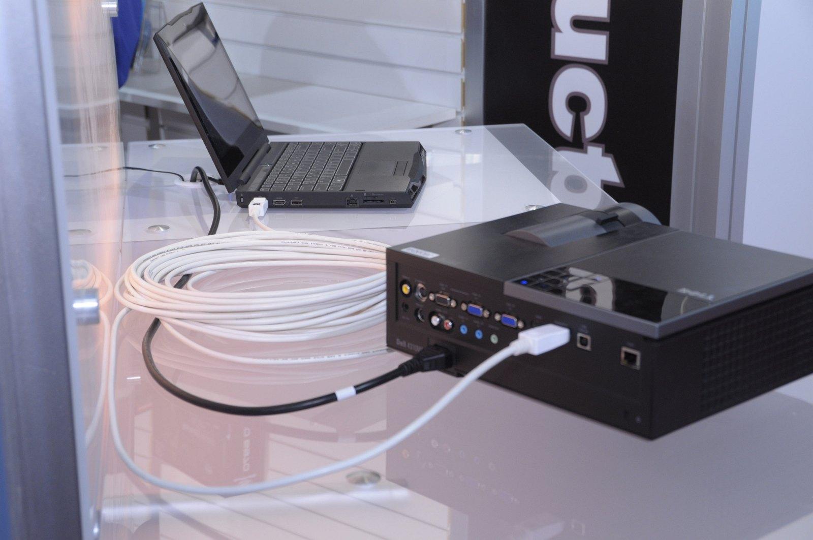 Daisychaining: 63 Monitore per Displayport an einer Grafikkarte - Displayport-Kabel mit 15 Metern. Dank 1,5 Watt des Anschlusses ist es ein aktives Kabel. (Bilder: Andreas Sebayang)