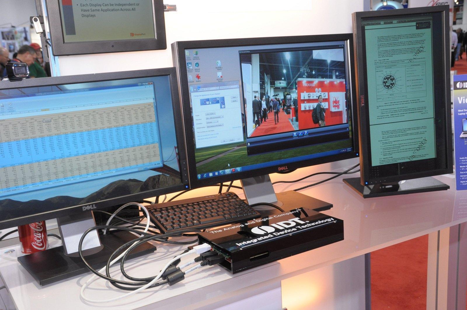 Daisychaining: 63 Monitore per Displayport an einer Grafikkarte - Multistream mit vier Displays. In der Mitte ist der Hub zu sehen.