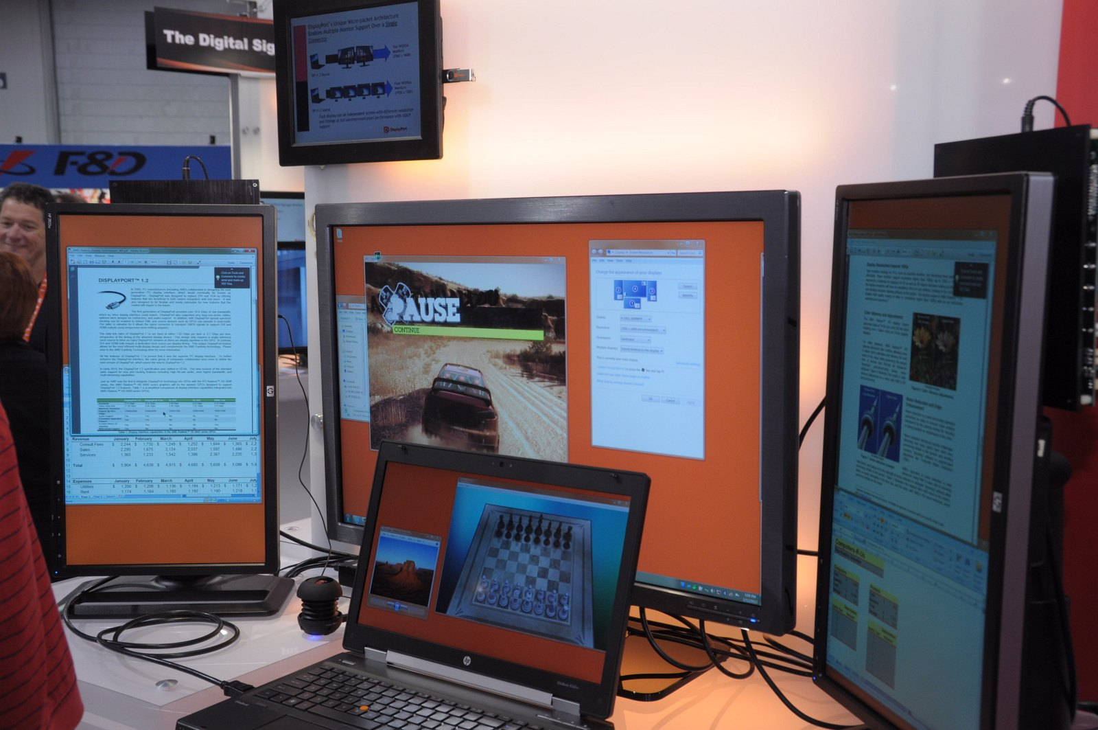 Daisychaining: 63 Monitore per Displayport an einer Grafikkarte - In der Mitte das Notebook. Von links geht es dann zu zwei Full-HD-Displays und einem Display in der Mitte mit 2.560 x 1.600 Pixeln.